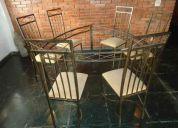 Linda mesa de jantar com 6 cadeiras.