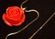Corrente dourada com rosa(pingente)
