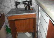 Máquina de costura doméstica com aparelho de casear